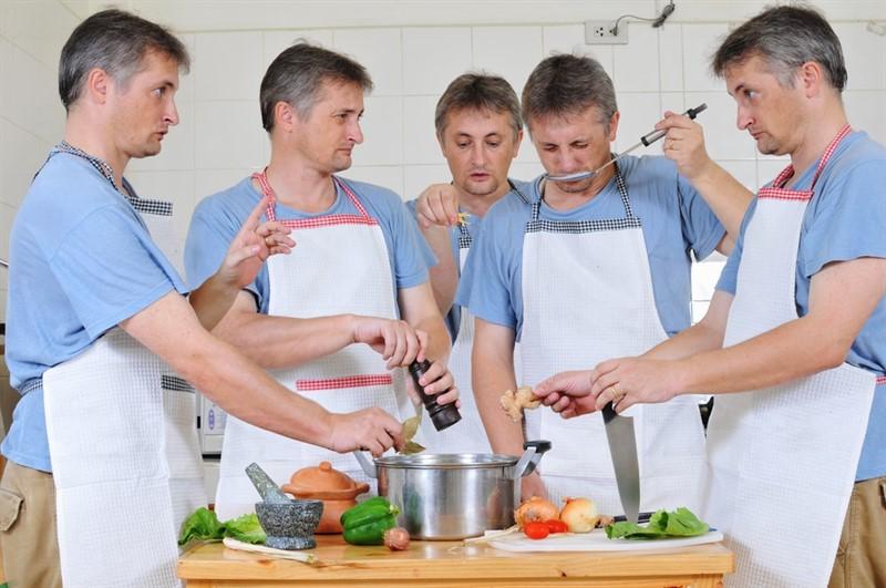 Too many cooks spoil the broth, çok fazla aşçı aynı çorbayı mahveder. İngilizce atasözü ve Türkçe karşılığı